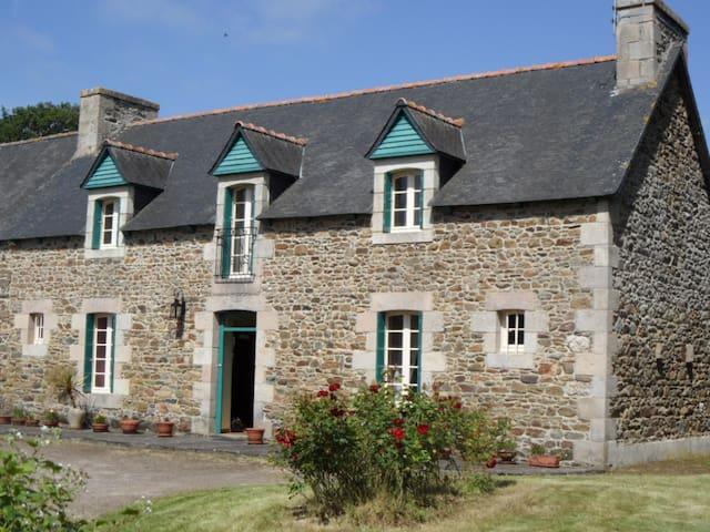Cottage near sandy beaches - Goudelin - Huis