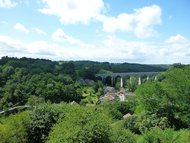 Quirky - Romantic-Spectacular views ,Peaceful Calm - Bellac - Stadswoning