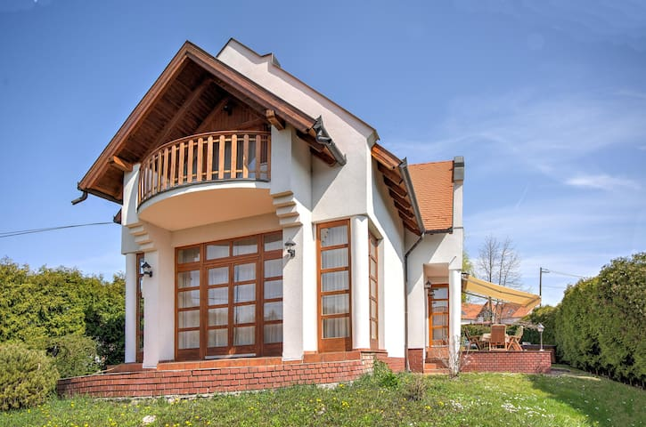 Beautiful lake house in Revfulop with hot tub - Révfülöp - Huis