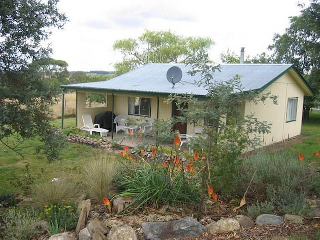 Cosy self contained cottage on farm - Oberon - Hytte