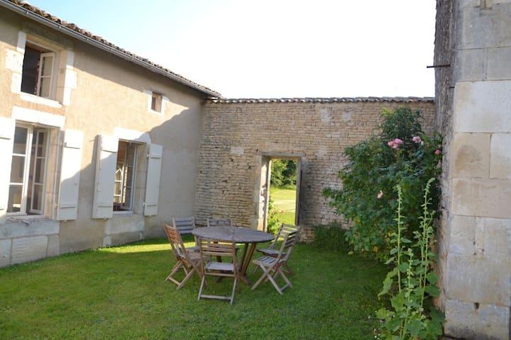 Maison charentaise - Saint-Cybardeaux - Casa