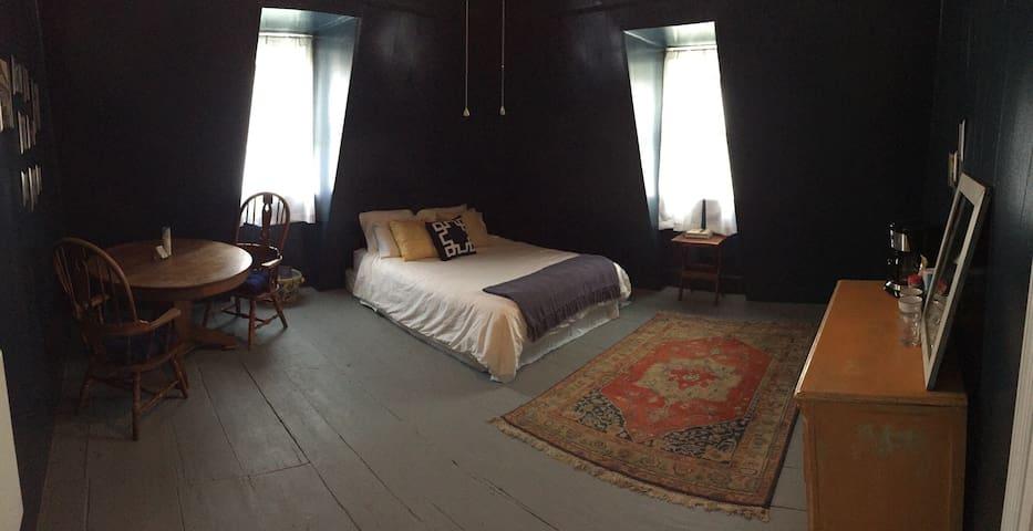 The Blue Room - Hudson on a budget with class! - Hudson - Apartamento