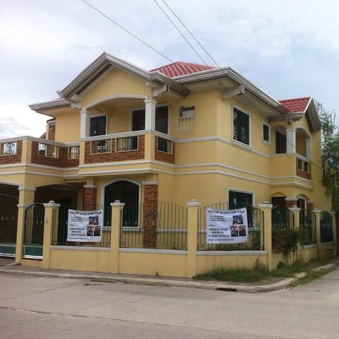 Grand Royale rent entire a house. - Malolos - Huis