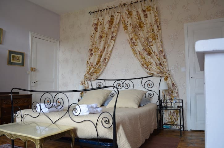 Chambre de charme, vue sur Canigou - Prades - Bed & Breakfast