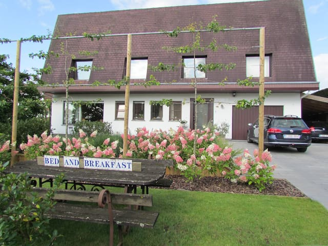 Charming rooms, garden view terrace - Torhout - Bed & Breakfast