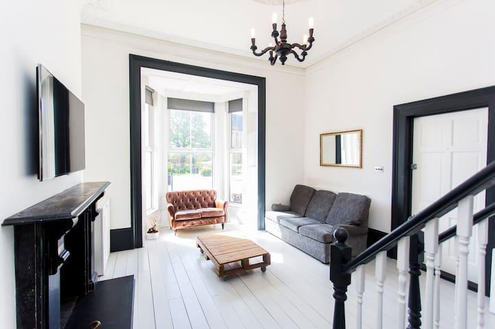 One of a kind Victorian flat in E18 - London - Leilighet