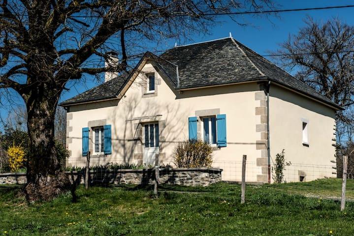 Vacances au calme près de la nature - Saint-Jal - Huis