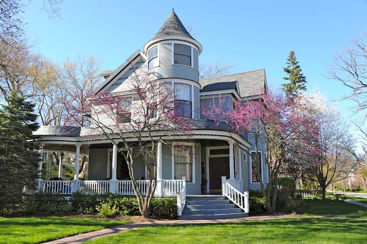Magical Victorian 2 blocks from Lake Michigan - Lake Bluff - Dom