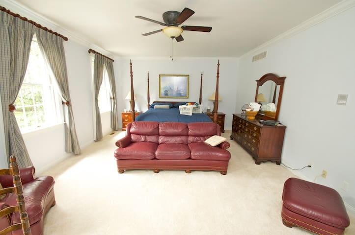 LARGE BEDROOM WITH PRIVATE BATH - Evesham Township - Huis