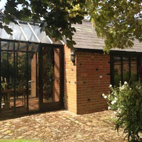 Peaceful secluded Studio  with private parking - COBHAM - Andre