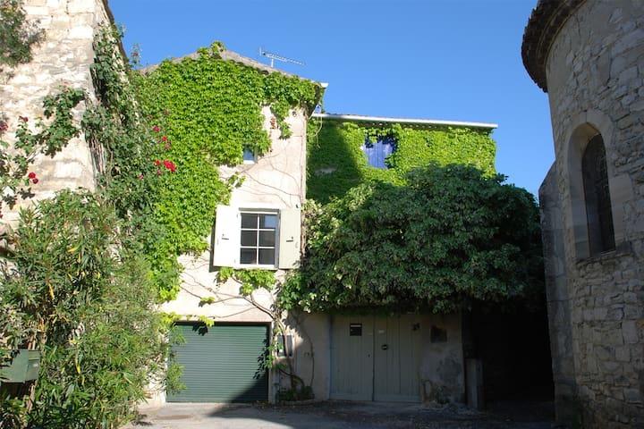 Secluded village house with pool - Saint-Jean-de-Maruéjols-et-Avéjan - Casa