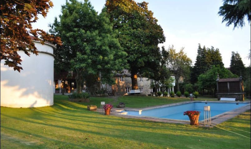 House with garden and swimming pool - Cornide - Huis