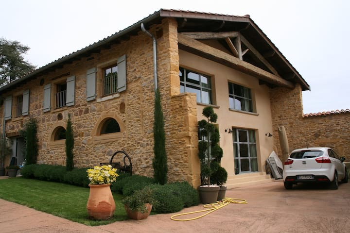 Maison en pierres dorées en beaujolais - Theizé
