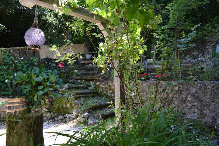 Village house with secluded leafy garden - Introdacqua