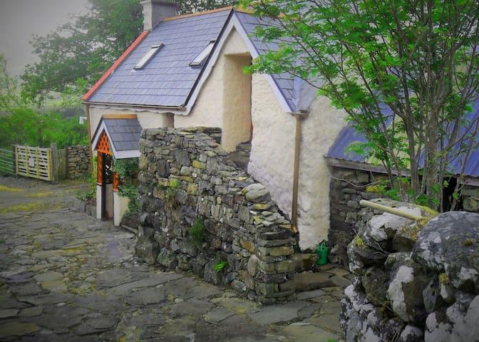 TheTophouse, Rustic old stable/barn - Clonbur - Stuga