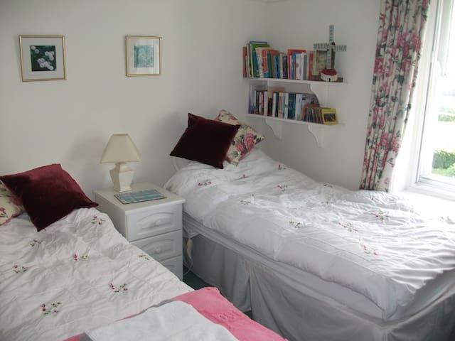 Twin room, can sleep 5 in 3 rooms - Saint Hilary, Cowbridge - Casa