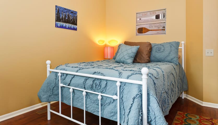 Handsome Guest Room - Walk to Train - Arlington Heights - Hus