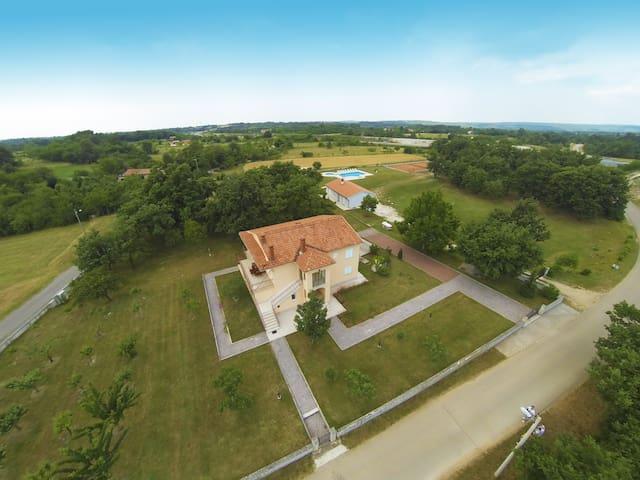 App for 5 - swimming pool and huge garden - Modrušani - Daire