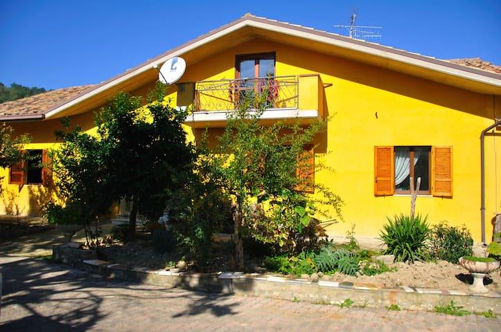 Bellissima villa immersa nel verde! - Montebello di Bertona - Villa
