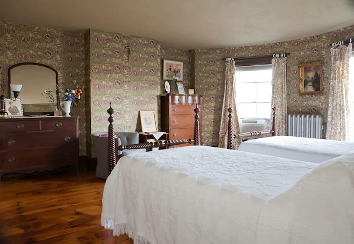 Twin Bedroom Private Bath Plus - Springfield