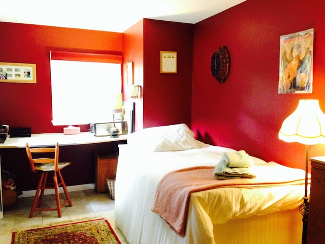 Quiet, peaceful home with gardens - Reisterstown - Huis