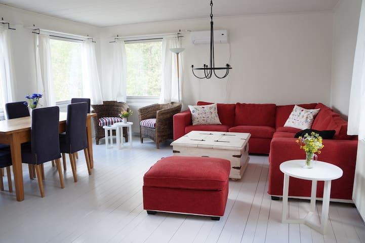 Cozy cottage by lake 45 min ->Sthlm - Norrtälje S - Hytte