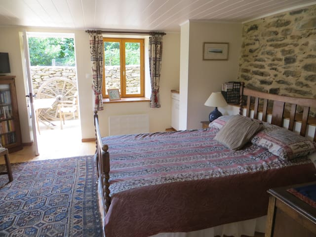 Charming Lakeside Bed and Breakfast - Castelnau-de-Mandailles - Bed & Breakfast