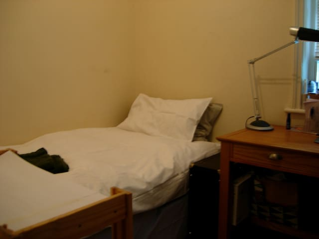 Monks Cell with Single Bed and Desk - London - Leilighet