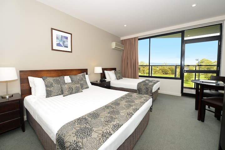 Private room in 4.5 star CBD Hotel - Adelaide - Bed & Breakfast