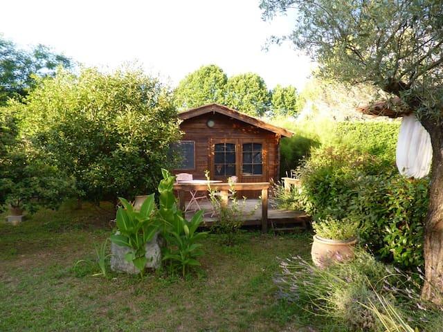 Le petit chalet au fond du jardin - Laroque - Chalé
