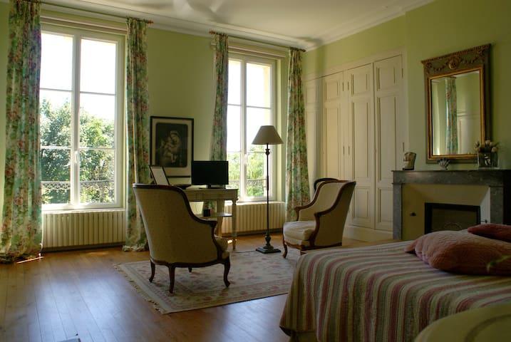 CHÂTEAU DE GRENIER - Chambre d'Hôtes double - Saint-Léger - 家庭式旅館