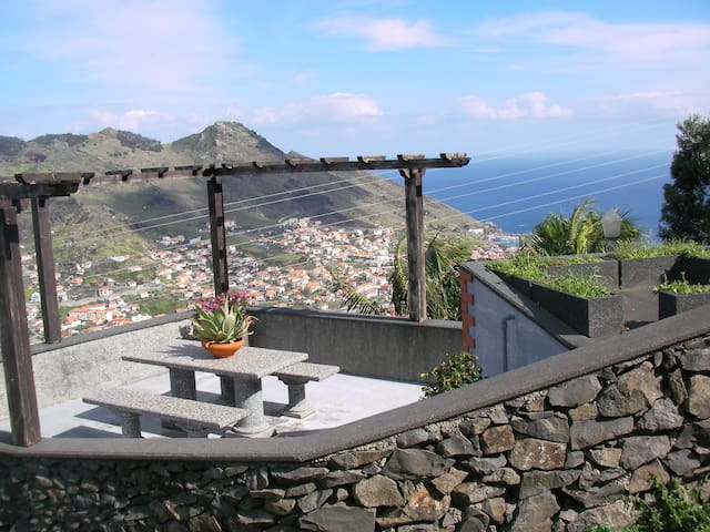 Panoramic view of sea and mountain - Machico - Daire