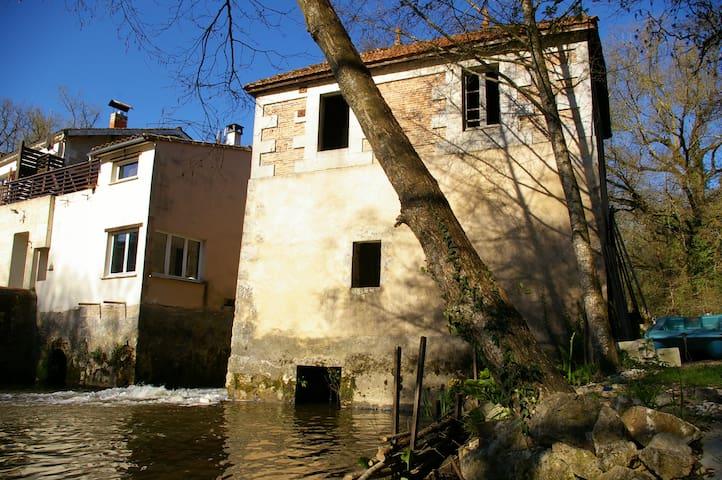 Agréable Moulin du XV siecle - VALIN