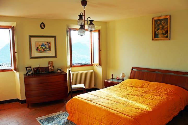 A room with unique view in Alps - Casasco Intelvi - Huis