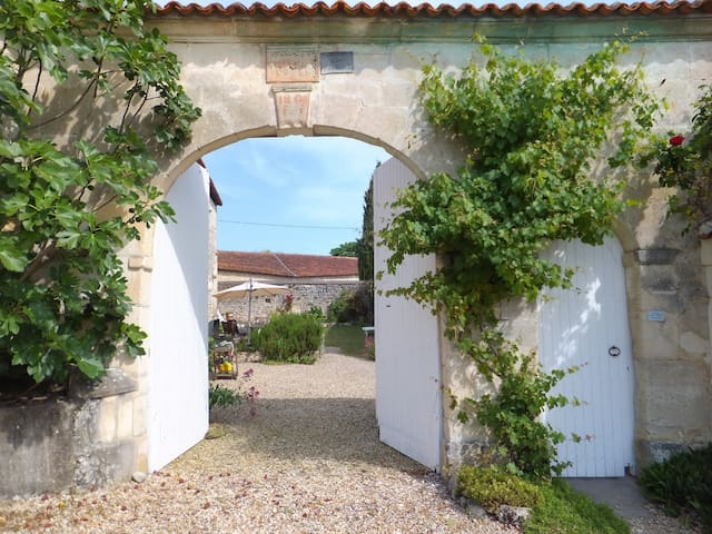 Country cottage in peaceful hamlet. - Saint-Saturnin - Hus