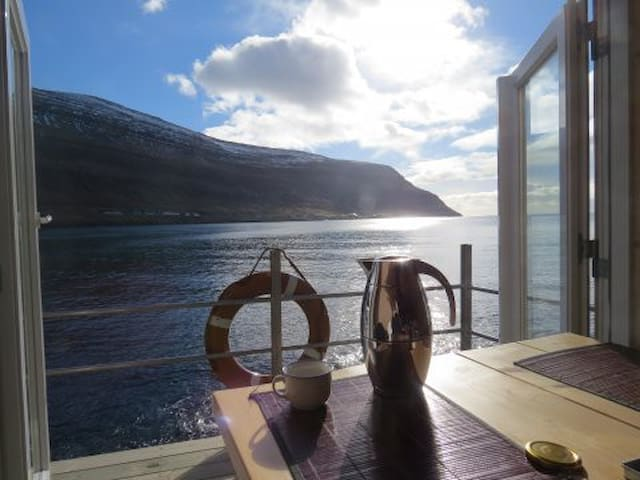 1 meter from the sea - stunning view - Klaksvík - Stuga