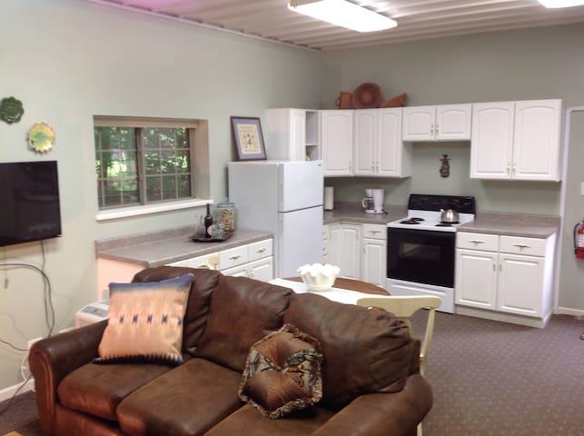 Relaxing Woods' Edge Getaway - Carmel - Apartemen