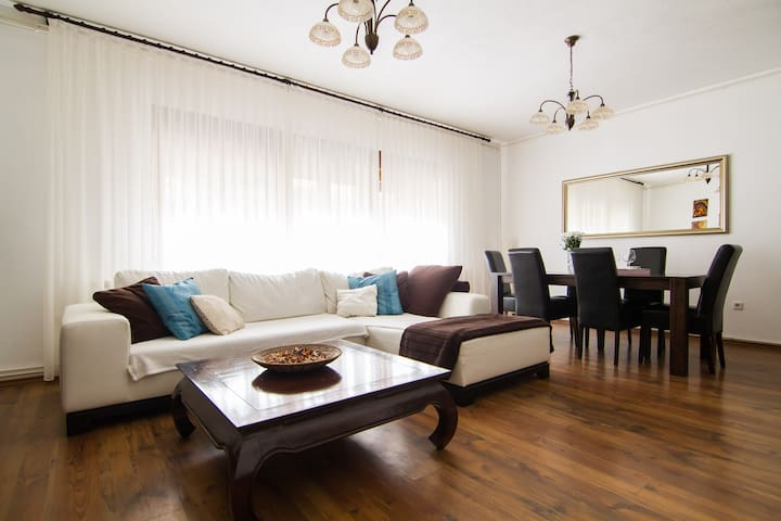 SUNNY 2BD+parking 80m²*NEAR CENTER - ザグレブ - 一軒家