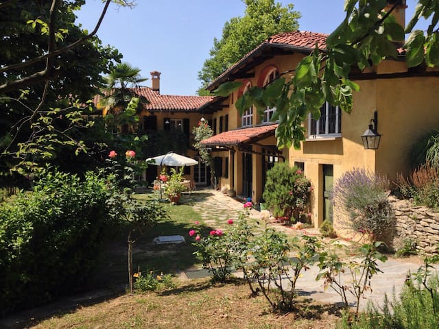 Country house on the Langhe hills - Bossolasco