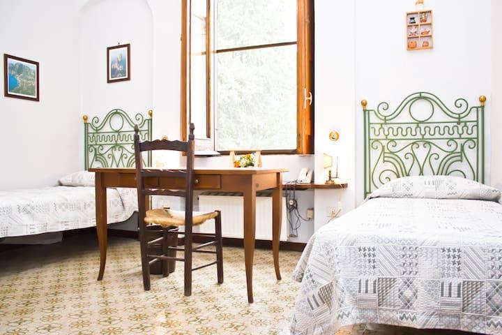 Boys' room, wooden beams in view - Dragoni - Vila