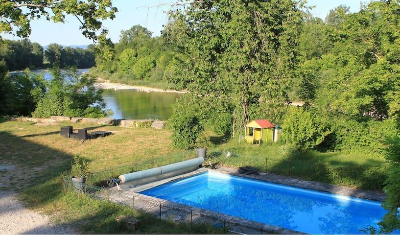 Maison rénovée en bord de rivière - Charnoz-sur-Ain - Huis