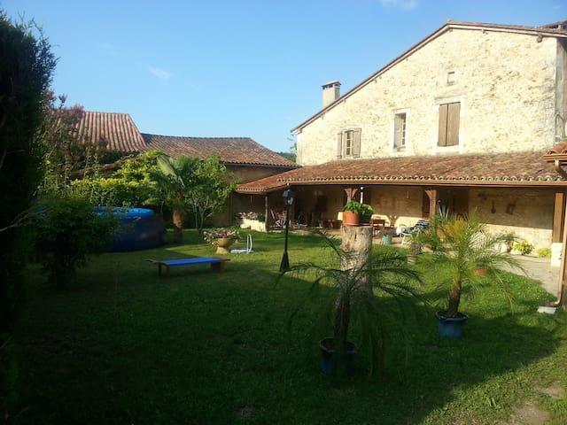 Maison de Charme dans bourg castral - grignols
