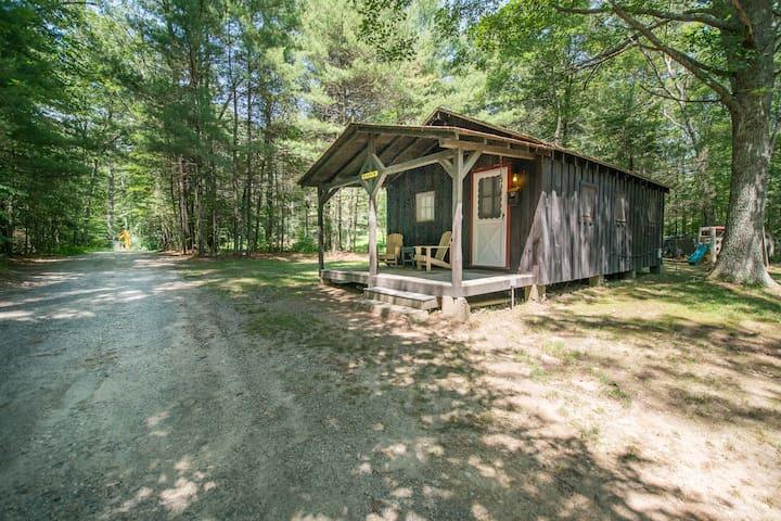 Vinola-Lakeside Cabin on Beach Pond - Voluntown - キャビン