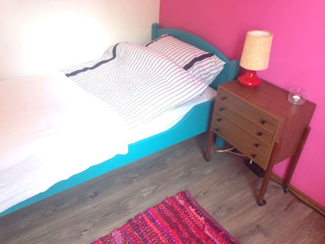 Süßes Zimmer in Villa, zentral - Heide - Leilighet