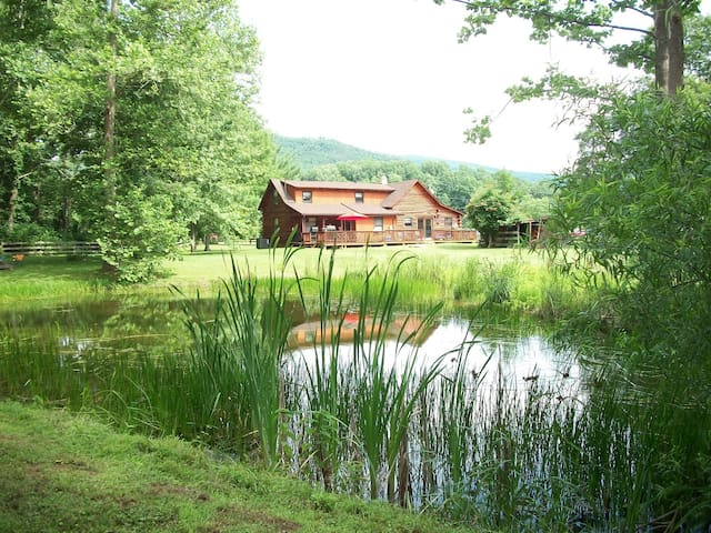 Log Cabin on Pond & Mountainview - Vesuvius - Houten huisje