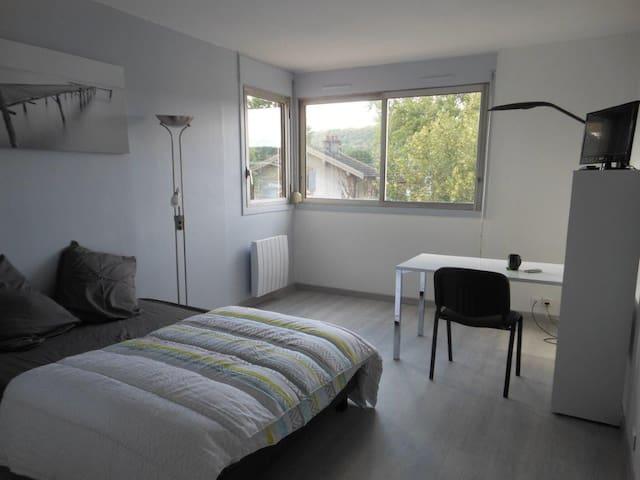 Studio Orsay centre - proche RER - fibre internet - Orsay - Daire