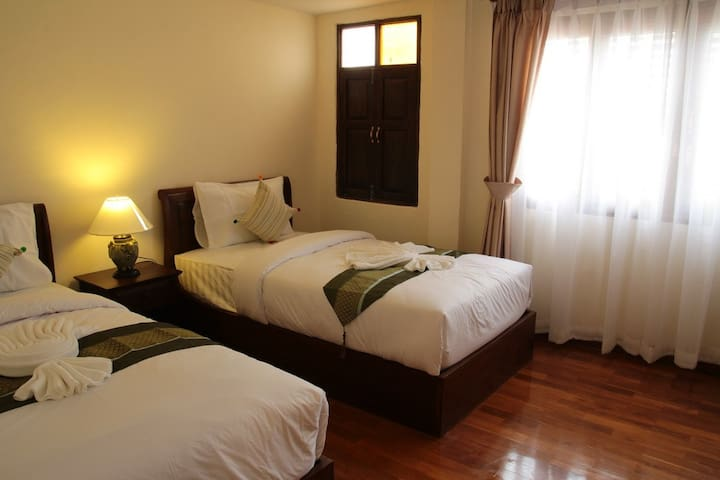 Rustic Twin bedroom Center chiang mai - chiang mai  - Bed & Breakfast