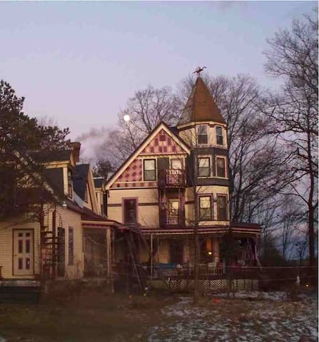Haunting Mansion on Hill, Maine - Guilford - Bed & Breakfast