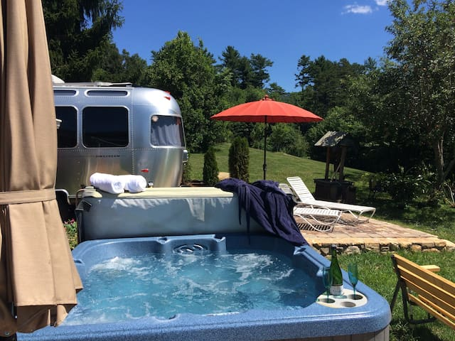 AIRSTREAM ~ GLAMPING ~ VIEWS - HOT-TUB ~CROISSANTS - Asheville - Bed & Breakfast