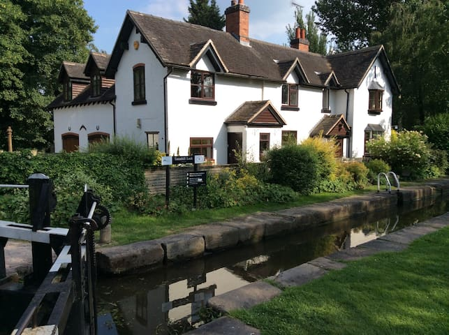 Beautiful Canal Lock House B and B - Branston - Bed & Breakfast